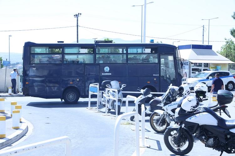 Ισχυρή αστυνομική δύναμη και η κλούβα της ΕΛΑΣ στο ΠΑΓΝΗ