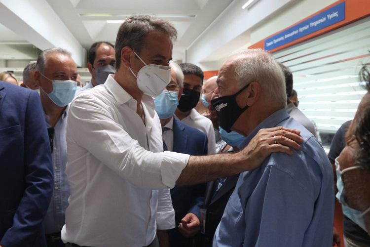 O πρωθυπουργός συνομιλεί με τον δήμαρχο Ηρακλείου
