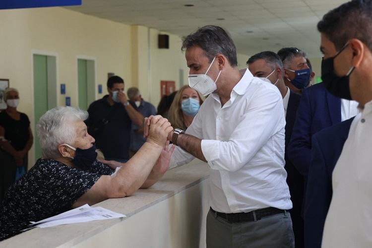 Ο κ. Μητσοτάκης συνομίλησε με πολίτες μέσα στο ΠΑΓΝΗ