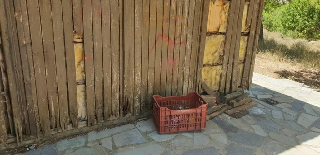 Φθορές στο ξύλινο οίκημα. Τα ξύλα χρησιμοποιούνται από τους δράστες για ...καύσιμη ύλη.