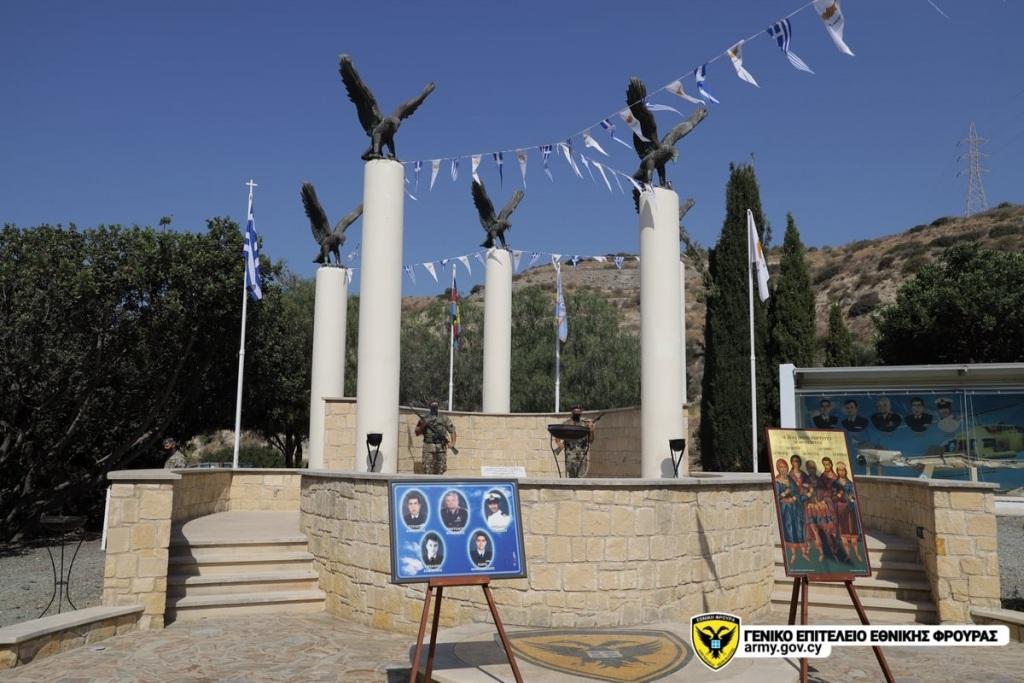 Το μνημείο στη θέση Κούκλια, όπου κατέπεσε το ελικόπτερο.