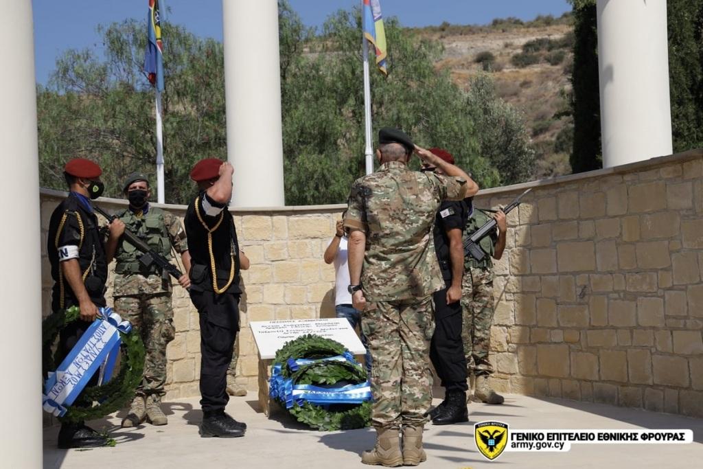 Ο Αρχηγός της Εθνικής Φρουράς Δημόκριτος Ζερβάκης καταθέτει στεφάνι στο μνημείο πεσόντων.