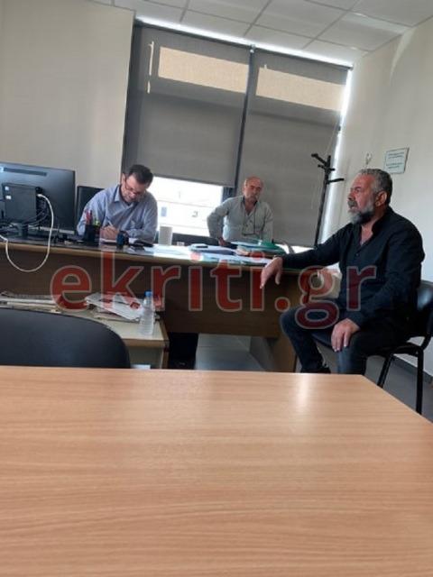 Ο πρόεδρος της Ομάδας Αμπελουργών Πρίαμος Ιερωνυμάκης συνομιλεί με τον διοικητή του ΕΛΓΑ Κρήτης