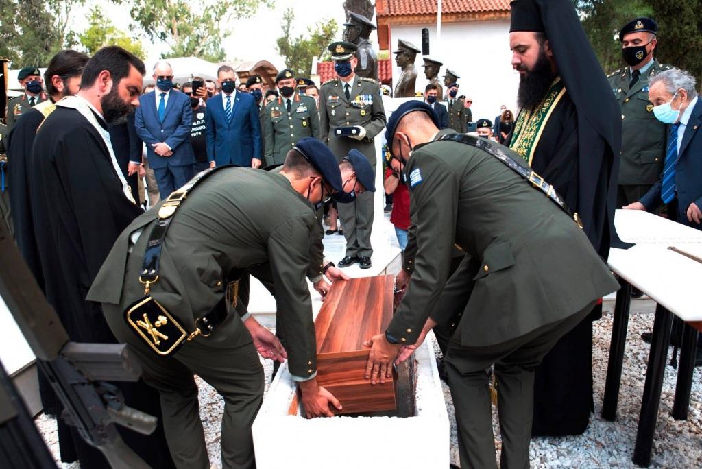Η ταφή. Η τελευταία πράξη ενός δράματος και μιας βασανιστικής αναμονής, που κράτησε 47 χρόνια.