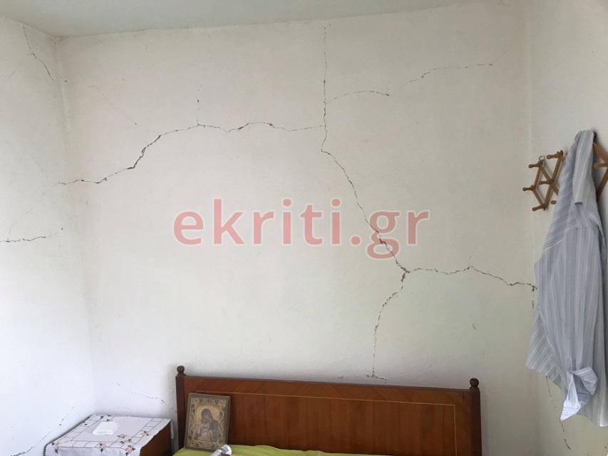 Το εσωτερικό κατοικίας στο χωριό Σαμπάς μετά τις αλλεπάλληδες σεισμικές δονήσεις