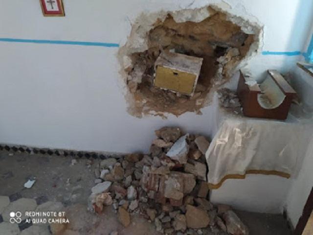 Οι κασμάδες που χρησιμοποιήθηκαν, έκαναν μια χαρά τη δουλειά τους και κατέστρεψαν μέρος του τοίχου, του εμβληματικού για την περιοχή ναϊσκου