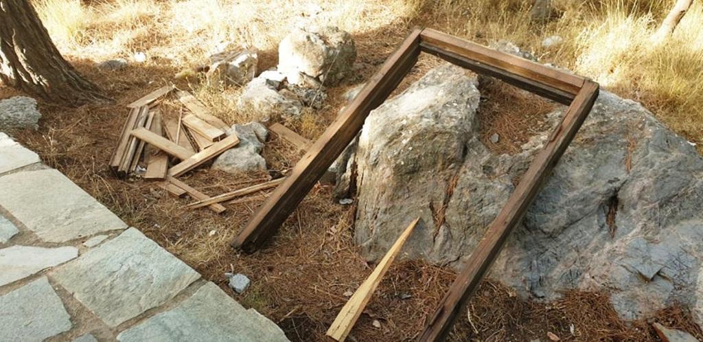 Κουφώματα και ξύλινες σανίδες ξηλωμένες από το κτίσμα...