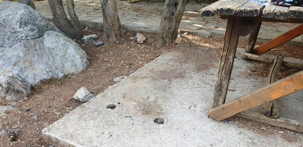 Έκλεψαν το παγκάκι από το ξύλινο κτίσμα της δασικής υπηρεσίας, στο δάσος της Κέρης.