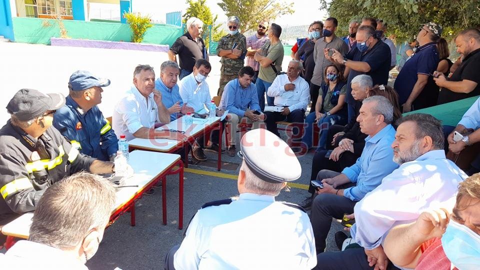 Στιγμιότυπο από τη σύσκεψη μετά το σεισμό