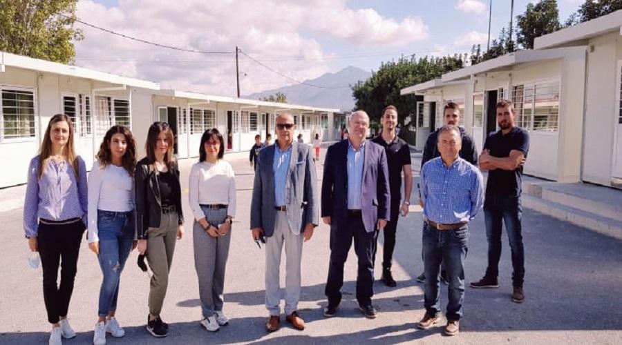 Οι κύριοι Καρτσωνάκης και Μπελαδάκης με εκπαιδευτικούς στο Αρκαλοχώρι