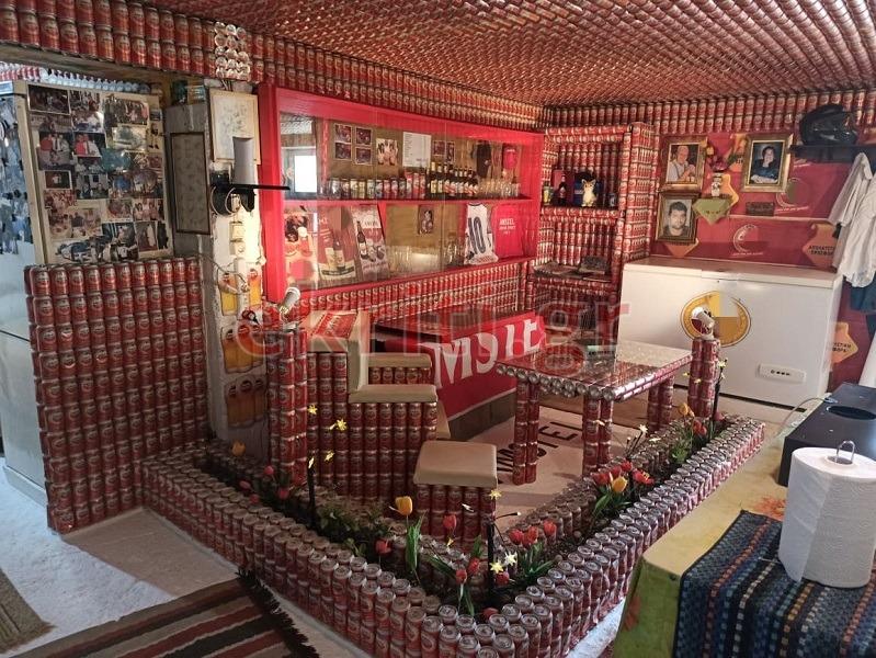 Το σπίτι είναι ολοκληρωτικά φτιαγμένο από κουτάκια μπύρας