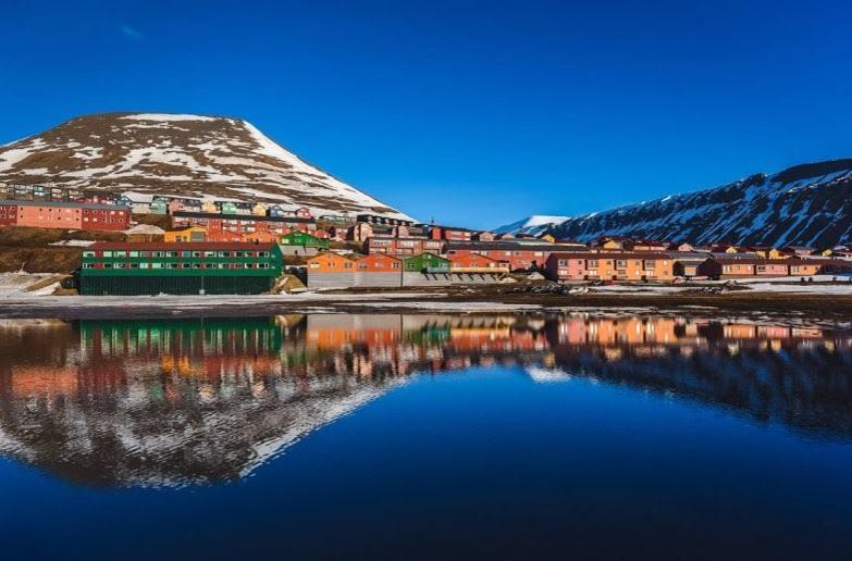 Το Longyearbyen βρίσκεται σε μία κοιλάδα στις ακτές του ειδυλλιακού Adventfjord