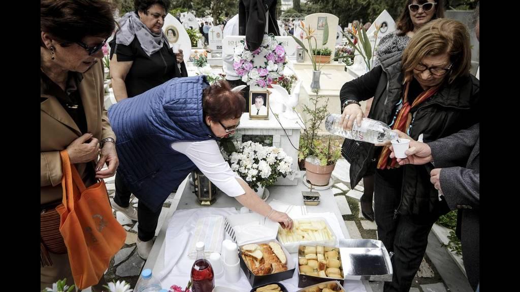 Οι συγγενείς κερνούν όσους βρεθούν στο νεκροταφείο
