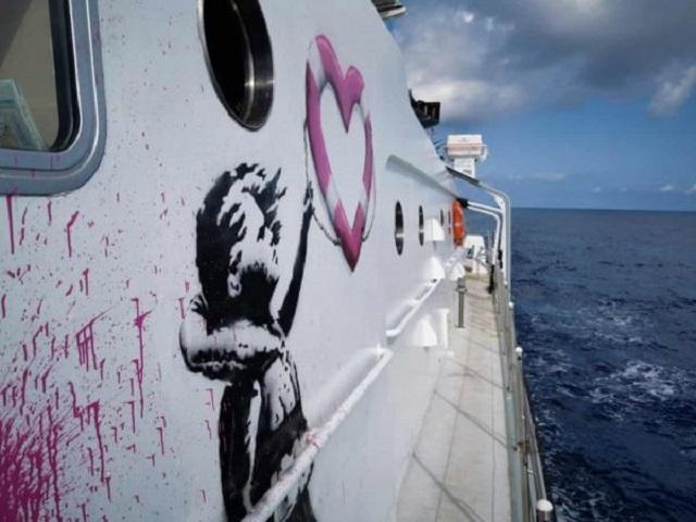 Το πλοίο διάσωσης προσφύγων που ζωγράφισε ο Bansky