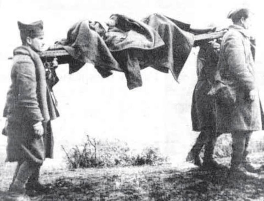 Έλληνες στρατιώτες μεταφέρουν τη σωρό ενός πεσόντα συναδέλφου τους.