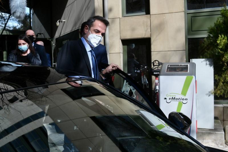 Ο Κυριάκος Μητσοτάκης έφτασε στο Υπουργείο με το ηλεκτρικό του αυτοκίνητο