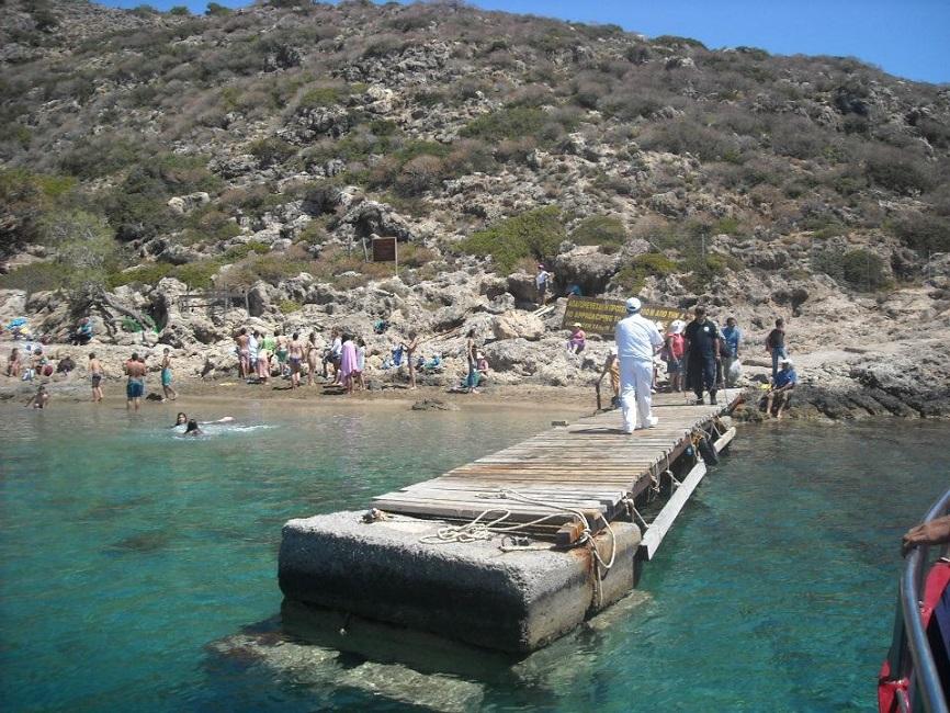 Το νησί είναι επισκέψιμο μόνο στο πανηγύρι των Αγίων Θεοδώρων