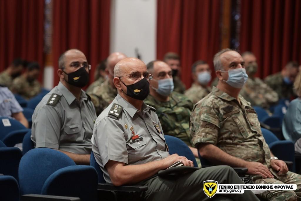 Ο Αρχηγός της Εθνικής Φρουράς Δημόκριτος Ζερβάκης παρακολουθεί τις εργασίες της ημερίδας.