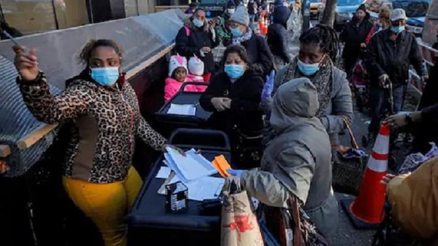Ουρές κάνουν Νεοϋρκέζοι για να εξασφαλίσουν φαγητό για το γιορτινό τραπέζι