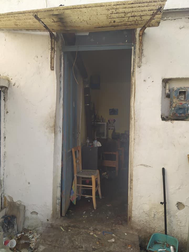 Το μικρό, παλιό σπίτι χρειάζεται επισκευές