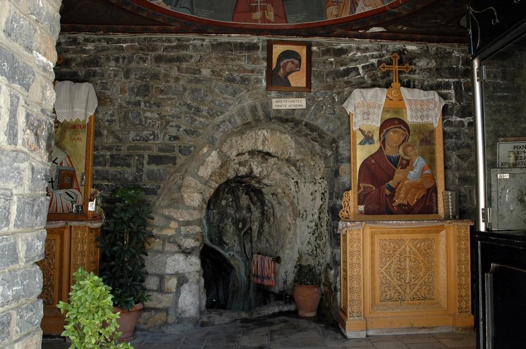 Η είσοδος για το σπήλαιο του Αγίου Μύρωνα