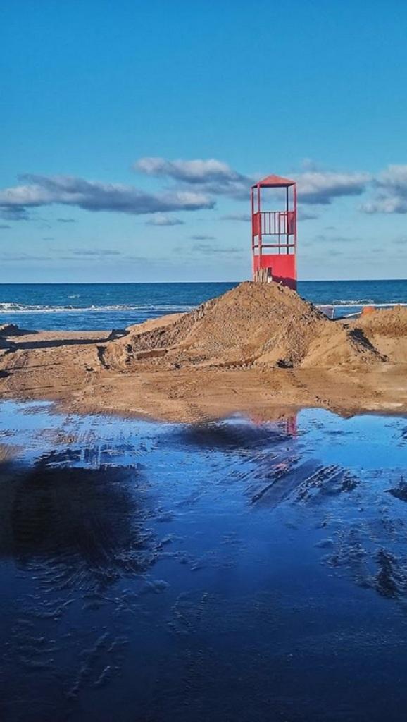 Σάρωσε την παραλία η κακοκαιρία