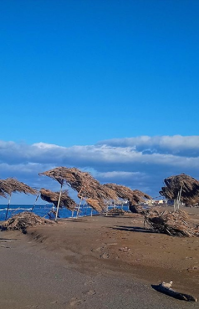 Η παραλία δεν θυμίζει σε τίποτα αυτήν πριν την κακοκαιρία
