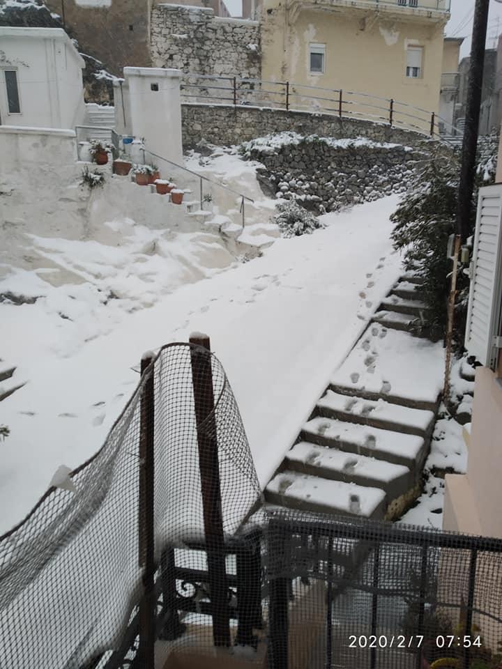 Χαμηλές θερμοκρασίες και χιόνι μέσα στο χωριό των Ανωγείων - Ελευθερία Χόνδρου