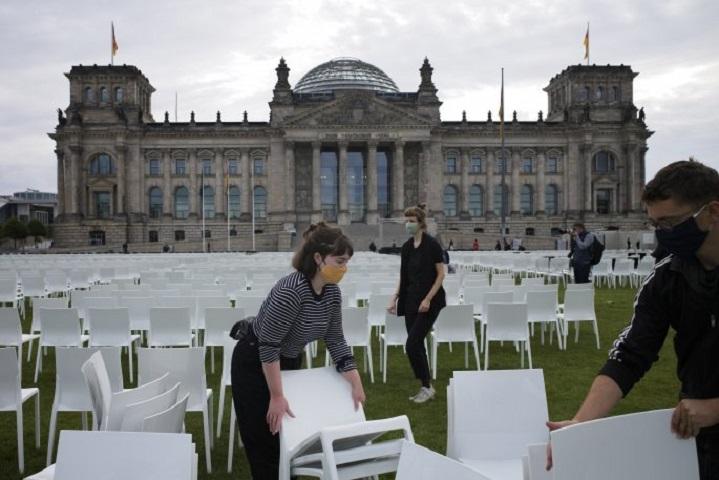 Οι ακτιβιστές τοποθέτησαν καθίσματα σε μια συμβολική κίνηση
