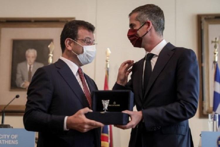 Ο κ. Μπακογιάννης προσέφερε στον προσκεκλημένο του ένα αγαλματίδιο με το σύμβολο της αρχαίας Αθήνας, μια ασημένια κουκουβάγια