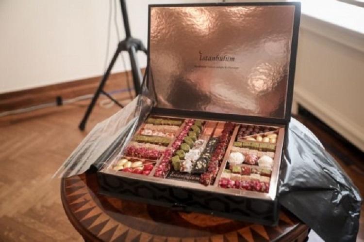 Ο Τούρκος δήμαρχος προσέφερε ένα μεγάλο κουτί με ανατολίτικα γλυκά.