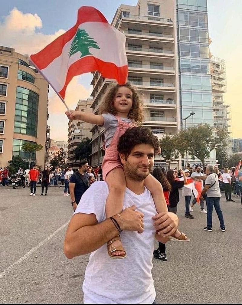 Η Αλεξάνδρα με τον πατέρα της ανεμίζει τη σημαία του Λιβάνου