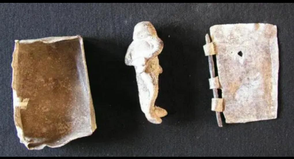 Στις μικρές πλάκες βρέθηκαν χαραγμένες κατάρες και «επικλήσεις στους θεούς του κάτω κόσμου».