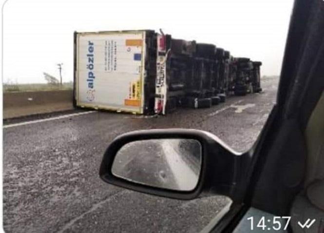 αναποδογυρισμένο φορτηγό στην εθνική οδό