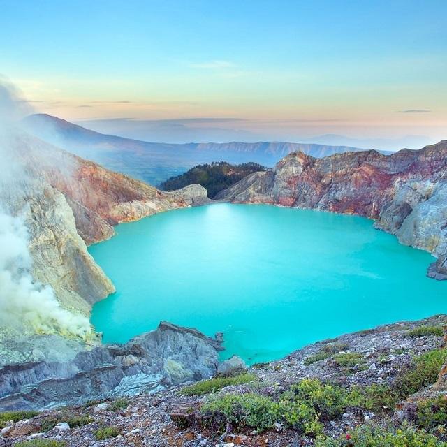 Η λίμνη Kawah Ijen, στο νησί Ιάβα της Ινδονησίας