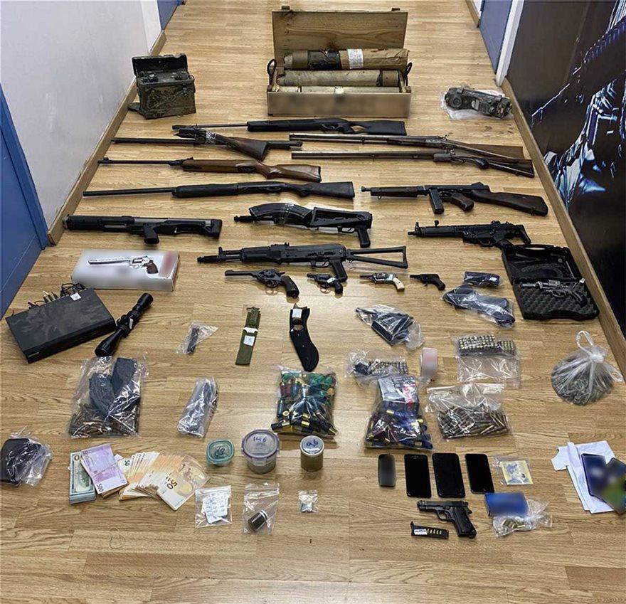 Βρέθηκαν επίσης μεταξύ άλλων και κατασχέθηκαν 5 πολεμικά όπλα, 3 υποπολυβόλα, 5 πιστόλια, 5 περίστροφα, 11 γεμιστήρες, 770 φυσίγγια και 63.290 ευρώ