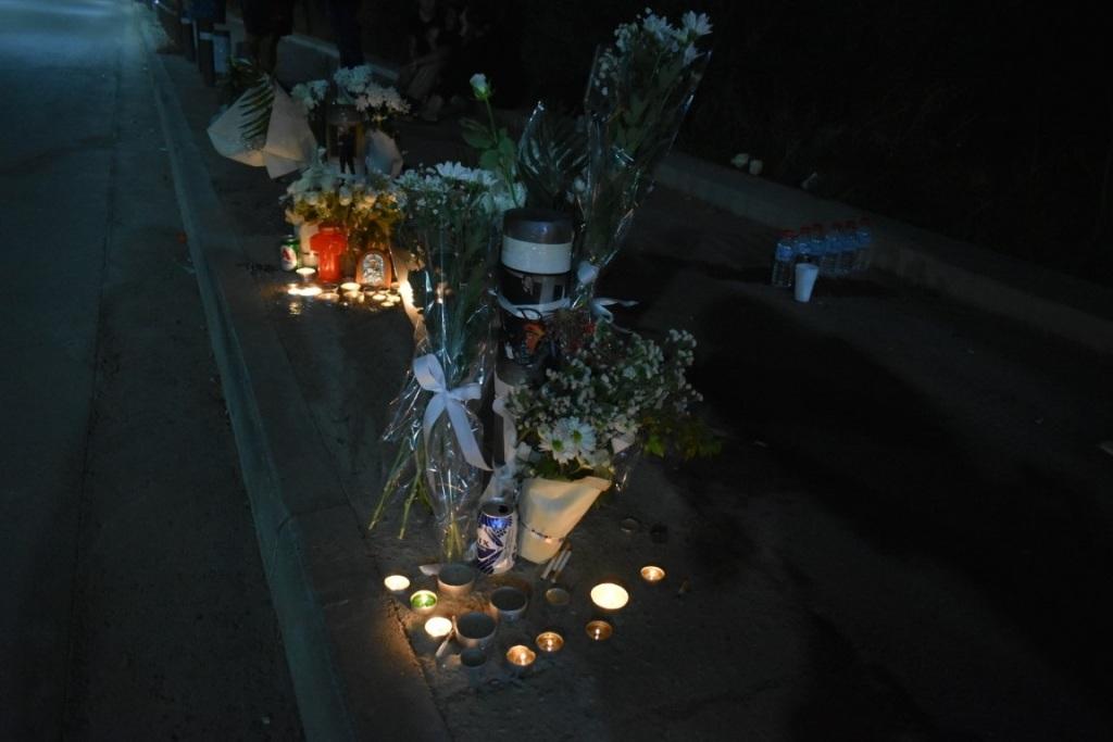 Λουλούδια στον τόπο της τραγωδίας... (Φωτογραφία από Φωνή του Μαλεβιζίου)