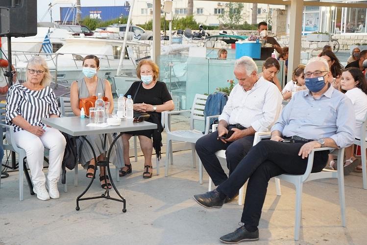 Μεταξύ όσων παρακολούθησαν την ενημερωτική εκδήλωση η αντιδήμαρχος Παιδείας Στέλλα Αρχοντάκη και ο πρόεδρος τοου Περιφερειακού Συμβουλίου Παύλος Μπαριτάκης