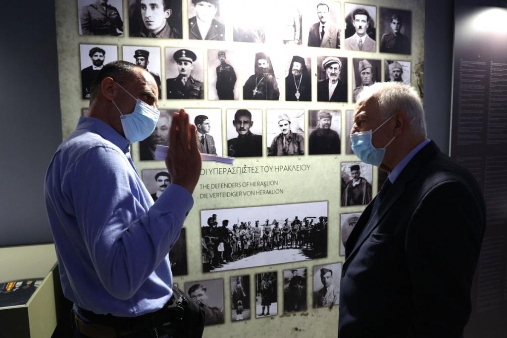Ο Κώστας Μαμαλάκης (αριστερά) ξεναγεί τον Δήμαρχο Βασίλη Λαμπρινό στην έκθεση.