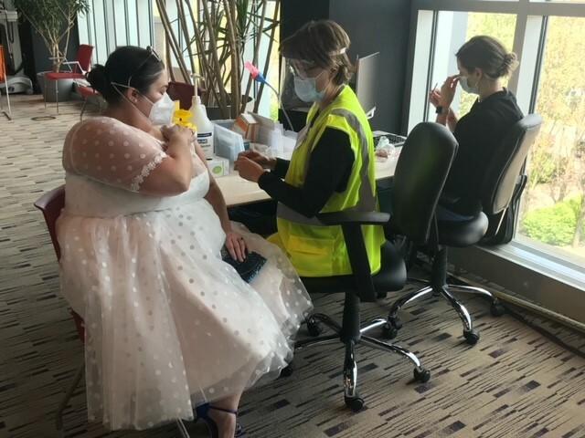 Γυναίκα εμβολιάστηκε ντυμένη με το νυφικό της