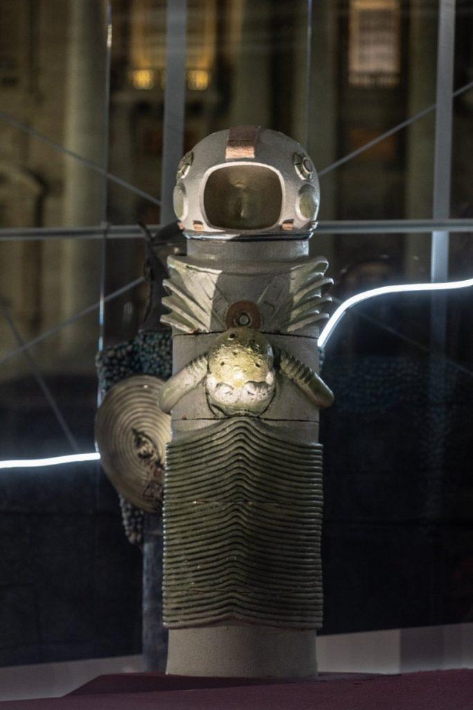 Ένας «αρχαίος αστροναύτης» κρατά στα χέρια του τη Σελήνη