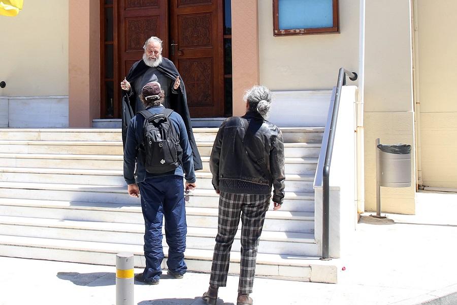 Ο ιερέας εξηγεί στους πιστούς ότι δεν μπορούν να προσκυνήσουν τον Επιτάφιο