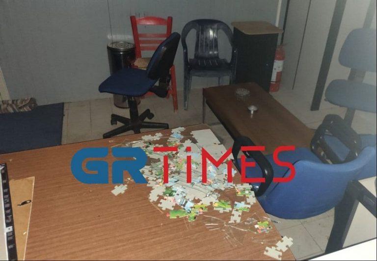 Ένα παζλ ανοιχτό βρέθηκε σε ένα τραπέζι