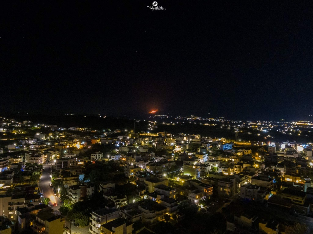 L'incendio nell'Asite visto dai quartieri di Heraklion