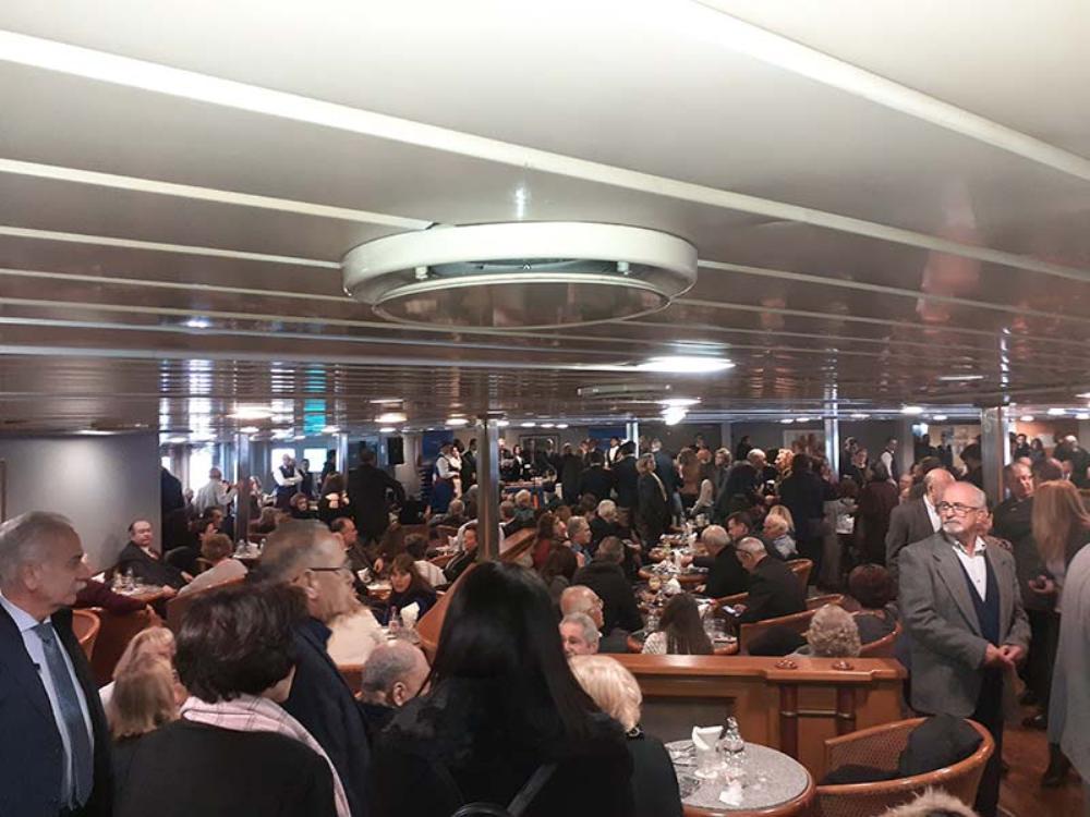 Εκατοντάδες παρευρισκόμενοι απόλαυσαν, πάντα με τη γνωστή φιλόξενη υπογραφή της ΑΝΕΚ LINES, ένα πλούσιο παραδοσιακό κρητικό κέρασμα.