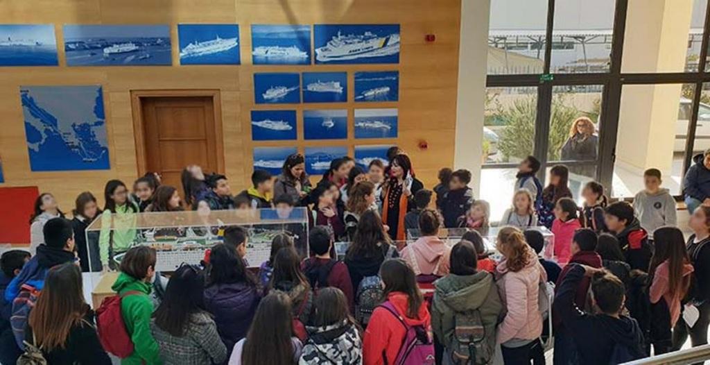 """Μαθητές των Χανίων και του Ρεθύμνου ξεναγούνται στην αναδρομική έκθεση για τα """"50 Χρόνια ΑΝΕΚ""""."""