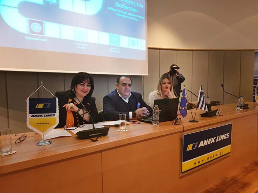 """Ο Πρόεδρος του Διεθνούς Ινστιτούτου για την Κυβερνοασφάλεια Μανώλης Σφακιανάκης (στο κέντρο) πριν την έναρξη της 3ης Ημερίδας για την """"Ασφαλή Διαδικτυακή Πλοήγηση"""". Δεξιά του η Κλινική Εγκληματολόγος και Δ/ντρια του CSI Institute, Kαλλιόπη Ιωάννου."""