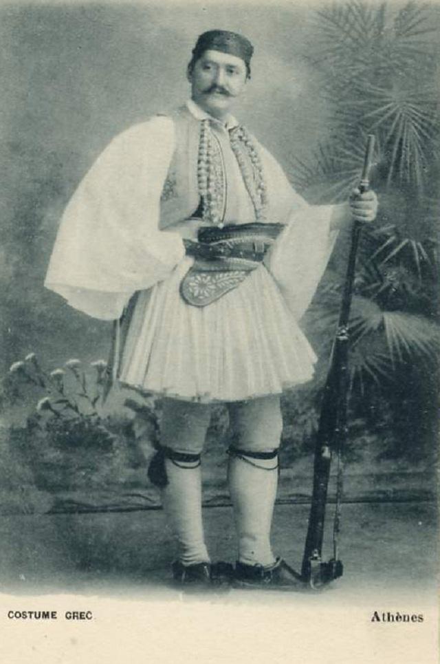 Η παραδοσιακή φορεσιά με τη φουστανέλα