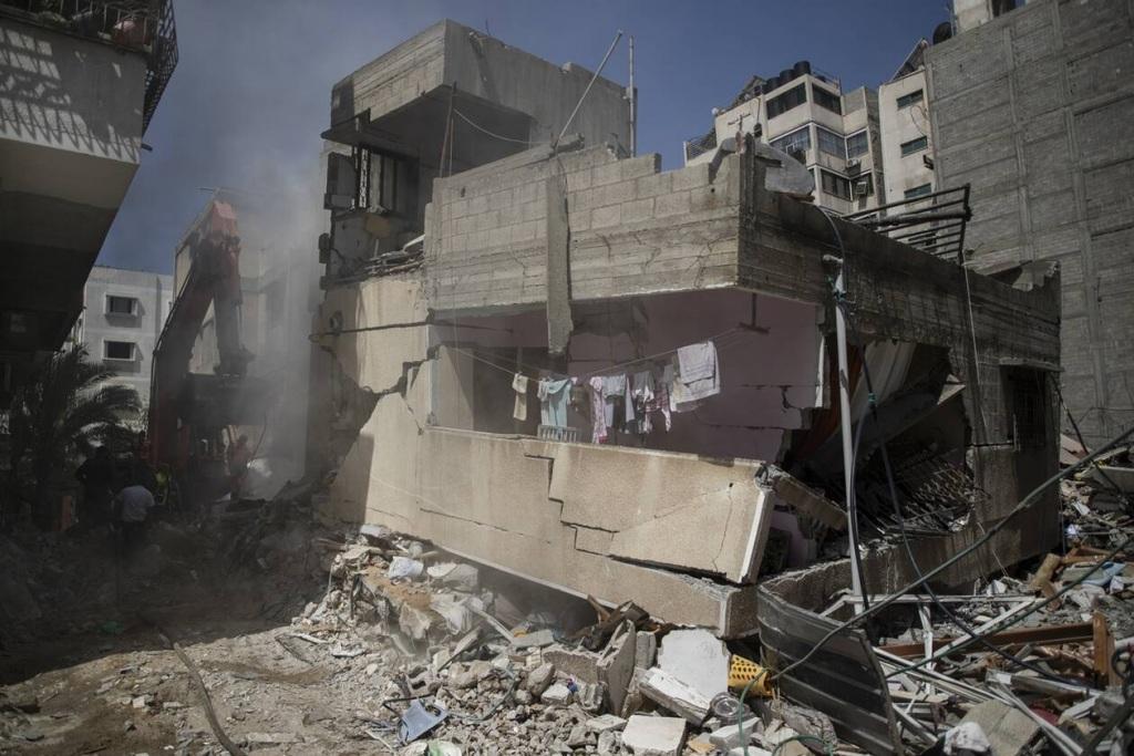 Κτίρια καταρρέουν από τους βομβαρδισμούς