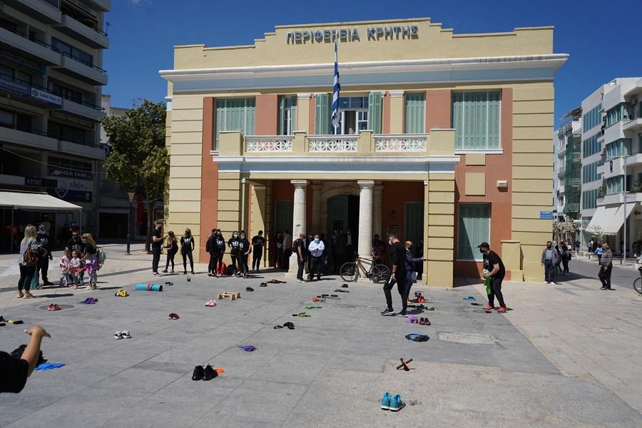 διαμαρτυρία γυμναστών έξω από την Περιφέρεια Κρήτης
